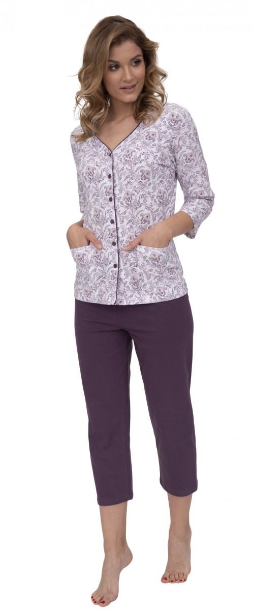 a314f7bd5 K oblíbeným kouskům patří saténová pyžama s rozepínáním na knoflíčky po  celé své délce.